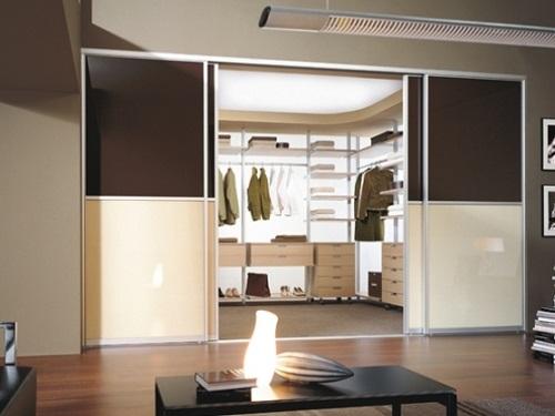 Какие двери в гардеробную выбрать – распашные или раздвижные
